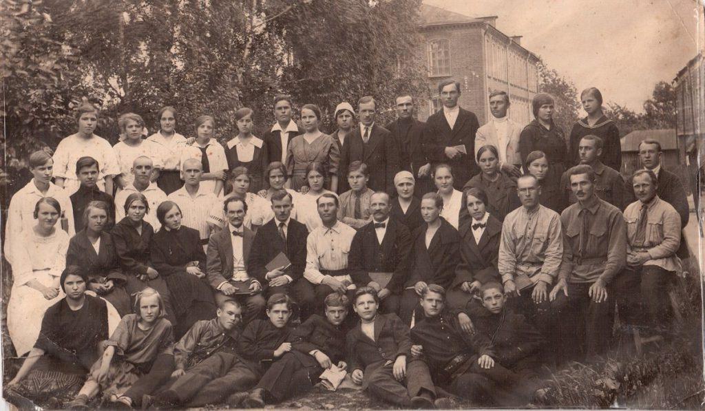 Собрание евангельских христиан-баптистов возле помещения Союза Баптистов СССР на улице Школьная д.4 в 1924 (или 1925) году